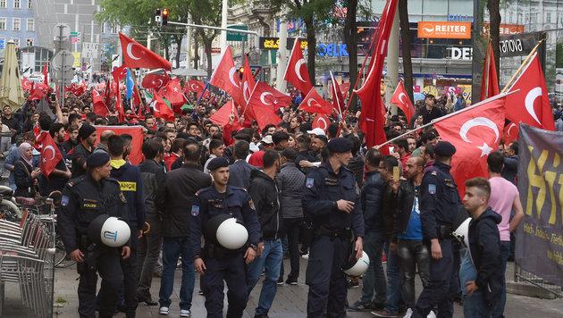 Tausende Türken gingen nach dem Putschversuch in der Türkei in Wien auf die Straße. (Bild: APA/HERBERT P. OCZERET)