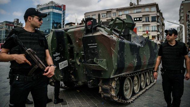Regierung zieht Polizeikräfte in Istanbul zusammen (Bild: APA/AFP/Ozan Kose)