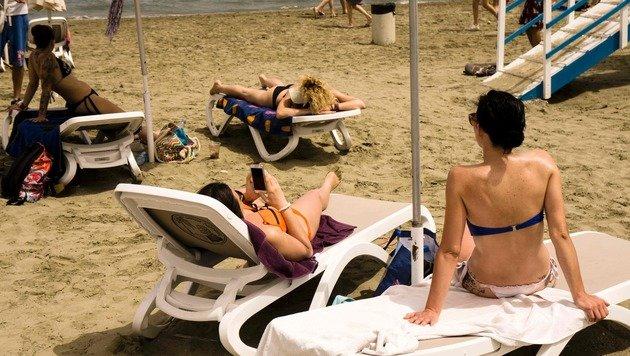 Badegäste auf einem Strand in Larnaka (Bild: APA/AFP/IAKOVOS HATZISTAVROU)