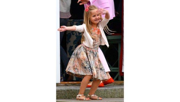 Prinzessin Josephine tanzt fröhlich für die Fotografen in Grasten. (Bild: PPE/face to face)