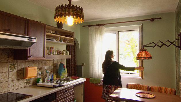 Natascha Kampusch in der Küche von Wolfgang Priklopils Haus in Straßhof (Bild: APA/ORF/ORF)