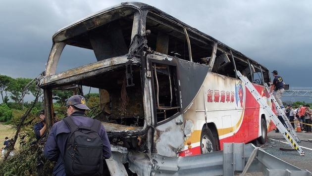 Taiwan: Reisebus verunglückt - mindestens 26 Tote (Bild: AFP)