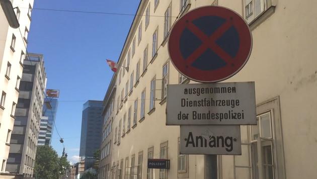 Hier gilt absolutes Halteverbot - außer für Dienstfahrzeuge der Polizei. (Bild: krone.tv)