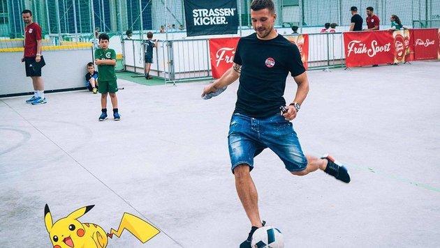 """Fußballer Lukas Podolski """"fängt sie alle"""" ... (Bild: Viennareport)"""