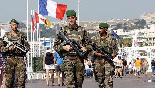 Bewaffnete Militäreinheiten patrouillieren in der Innenstadt von Nizza. (Bild: AP)