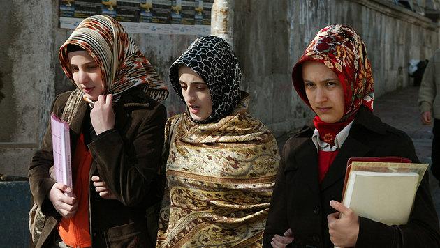 Türkische Studentinnen in der Nähe der Istanbuler Universität (Bild: HOCINE ZAOURAR/AFP/picturedesk.com)