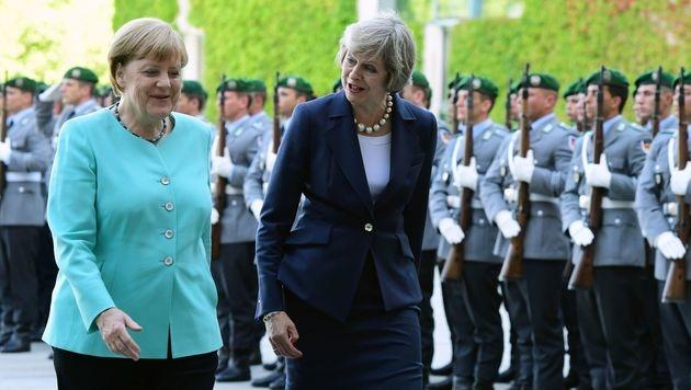 Angela Merkel mit Theresa May (Bild: APA/AFP/JOHN MACDOUGALL)