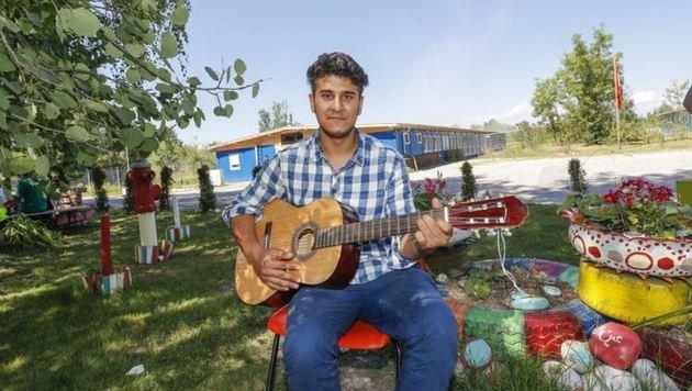 Eine schöne Szene aus dem Lager: Er spielt den Flüchtlingen jeden Tag auf der Gitarre etwas vor. (Bild: Markus Tschepp)