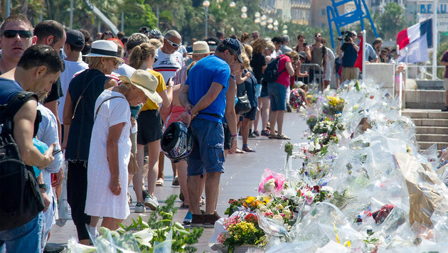 Gedenken an die 84 Opfer von Nizza auf der Strandpromenade (Bild: APA/EPA/OLIVIER ANRIGO)
