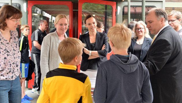 Österreichs SPÖ-Ministerin Sonja Hammerschmid (re.) holte sich in der deutschen Stadt Bildungsideen. (Bild: Kronen Zeitung)