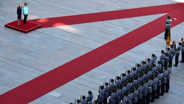 Merkel und May auf dem roten Teppich (Bild: AFP or licensors)