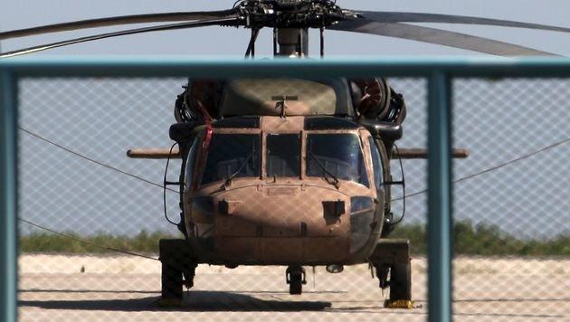 Mit diesem Blackhawk sind acht türkische Soldaten nach Griechenland geflohen. (Bild: APA/AFP/SAKIS MITROLIDIS, YouTube.com/Kocaeli Valiligi)