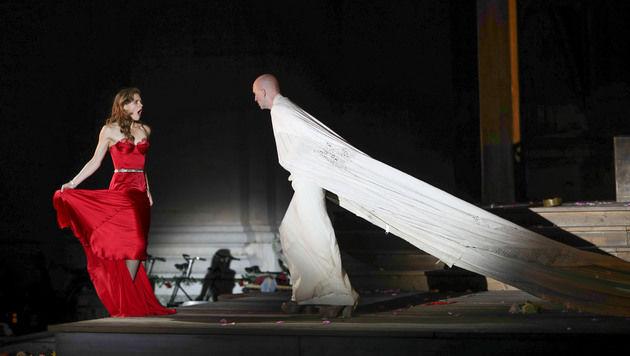 Das rote Kleid mit 190 Swarovski-Kristallen (Bild: www.neumayr.cc)