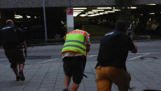 Spezialkräfte der Polizei stürmen zum Tatort. (Bild: dedinag)