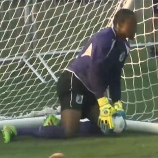 Bitter! Goalie wird mit Eigentor zur Lachnummer (Bild: YouTube.com)