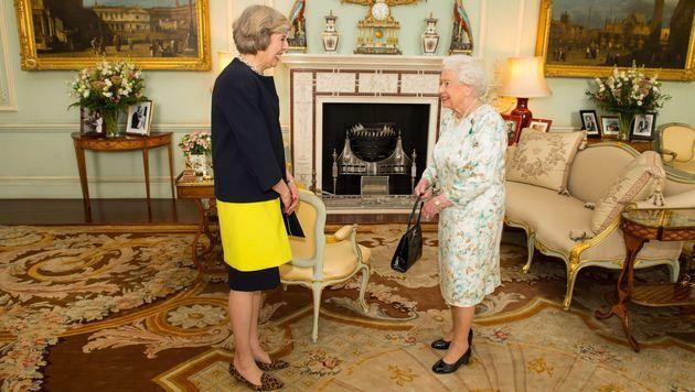 Theresa May beim Amtsantritt bei Queen Elizabeth II. (Bild: AP)