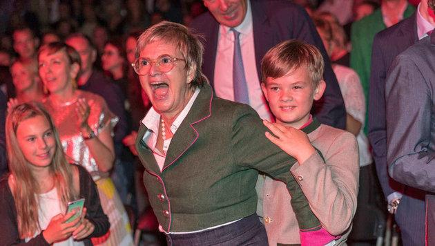 Bei Tom Jones hielt es Gloria von Thurn und Taxis und Neffen Valentin nicht lange auf dem Sessel. (Bild: People Picture/Moosburger)