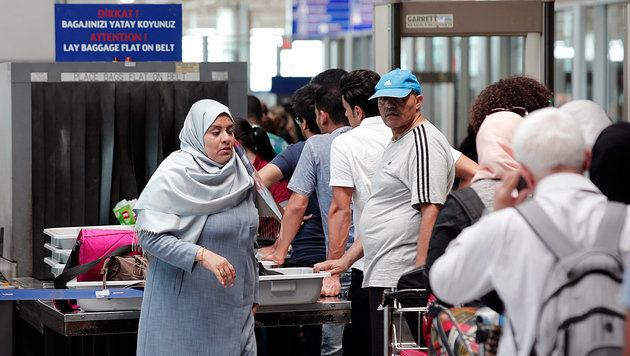 Passagiere am Atatürk-Flughafen in Istanbul (Bild: ASSOCIATED PRESS)