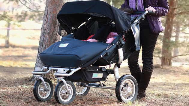 zwillinge aus kinderwagen geschleudert verletzt ber. Black Bedroom Furniture Sets. Home Design Ideas