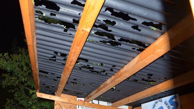 Taubeneigroße Hagelkörner durchschlugen ein Wellblechdach. (Bild: APA/BFK WAIDHOFEN A. D. THAYA/STEFAN MAYER)
