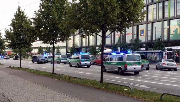 Einsatzkräfte vor dem Einkaufszentrum in München (Bild: AP)