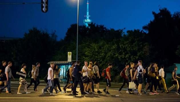 Menschen wurden aus dem Gefahrenbereich eskortiert. (Bild: APA/AFP/STRINGER)