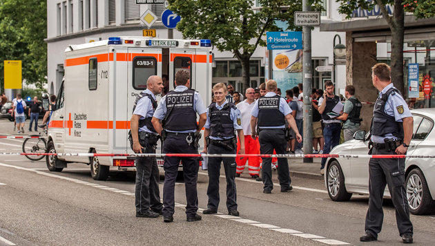 Einsatzkräfte am Tatort (Bild: APA/dpa/Sdmg / Wassermann)