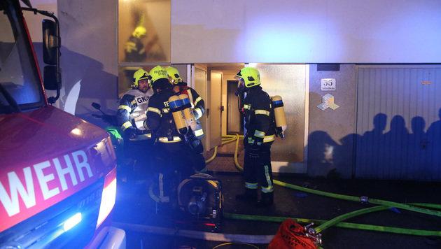 Einsatzkräfte kämpften gegen die Brandherde. Ein Verdächtiger wurde verletzt im Keller entdeckt. (Bild: fotokerschi.at)