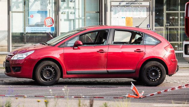 Das Auto mit eingeschlagenen Scheiben in der Reutlinger Innenstadt (Bild: APA/dpa/Christoph Schmidt)