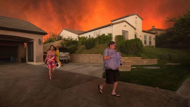 Bewohner in Santa Clarita auf der Flucht vor den Flammen (Bild: APA/AFP/David Mcnew)