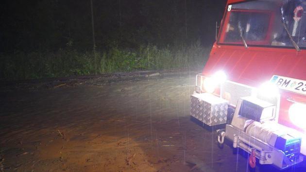 Straßen in der Steiermark überschwemmt (Bild: APA/BFV BRUCK MUR/ROLAND THENY)