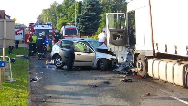 Ein Pkw und ein Lastwagen prallten im Ortsgebiet von Grund auf der B303 frontal zusammen. (Bild: APA/FF WULLERSDORF)
