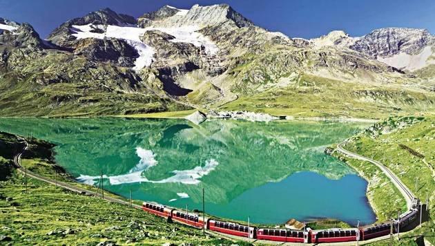 Einer Modellbahn gleich schlängelt sich der Bernina-Express an Gletschern vorbei gen Italien. (Bild: Fotolia)