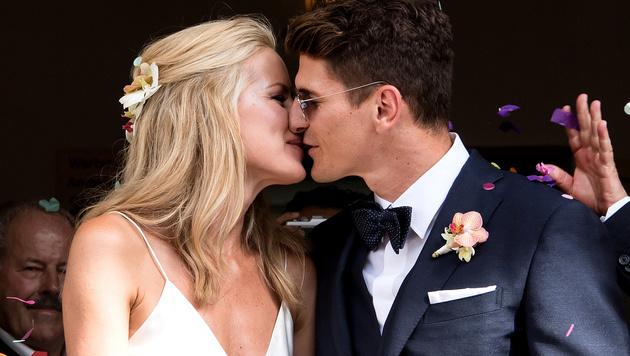 Herzhafter Kuss! Mario Gomez heiratet Model Carina (Bild: AP)