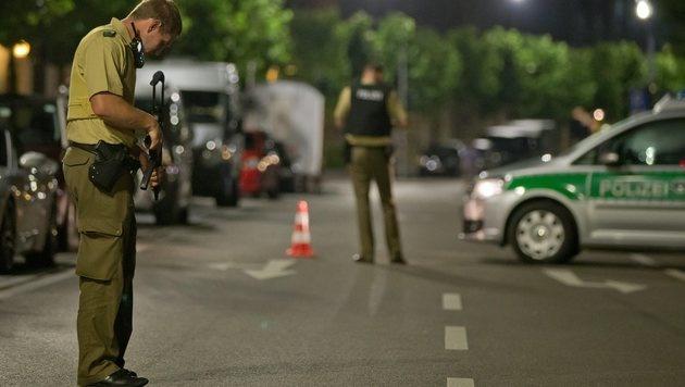 Polizisten mit Maschinenpistolen am Einsatzort (Bild: EPA)