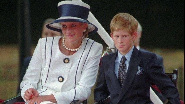 Prinz Harry mit seiner Mutter Diana (Bild: AP)