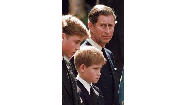 Prinz William, Prinz Harry und ihr Vater Charles 1997 bei der Trauerfeier für ihre Mutter Diana (Bild: AP)