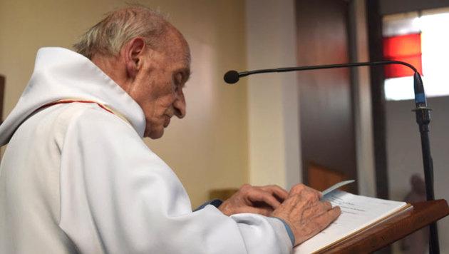 Pfarrer Jacques Hamel beim Gebet (Bild: AP)