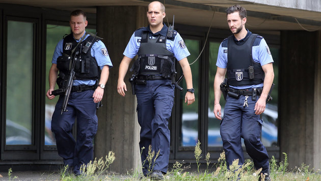 Polizisten sichern den Zugang zum Benjamin-Franklin-Krankenhaus. (Bild: APA/dpa/Wolfgang Kumm)