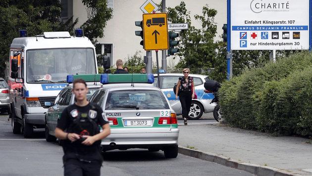 Polizei vor dem Benjamin-Franklin-Krankenhaus in Berlin-Steglitz (Bild: Associated Press)