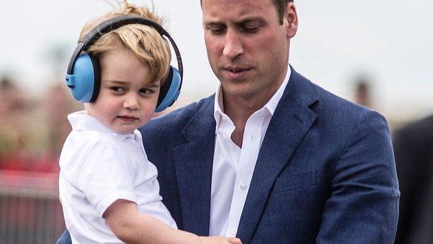 Prinz William mit Sohn George bei einer Luftwaffen-Schau in Großbritannien (Bild: AFP)