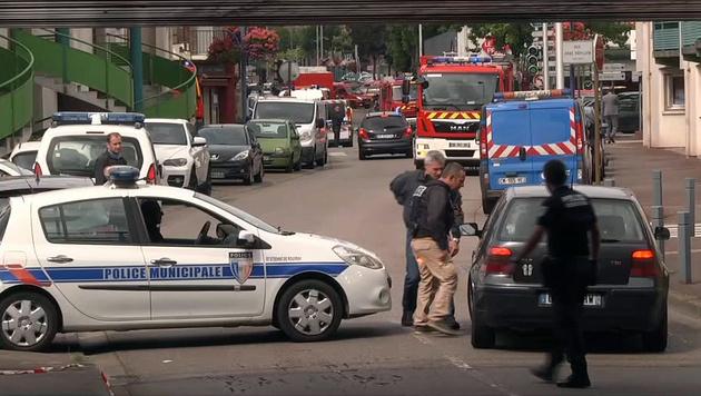 Die Polizei sperrte den Bereich rund um die Kirche nahe der Stadt Rouen großräumig ab. (Bild: AP)