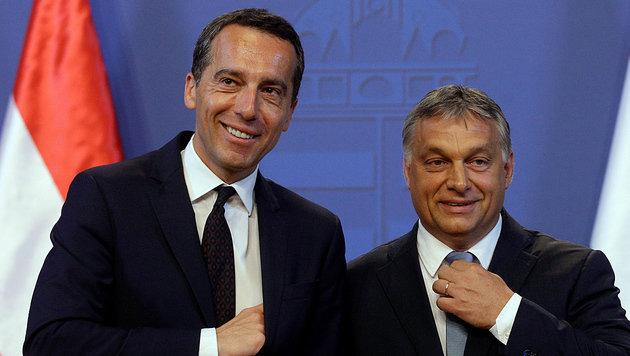 """Kern und Orban wollen """"ein neues Kapitel"""" in den Beziehungen der Nachbarstaaten aufschlagen. (Bild: APA/AFP/PETER KOHALMI)"""