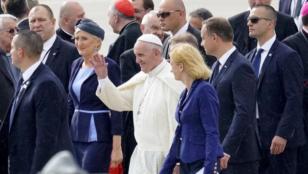 Papst mahnt Polen zur Aufnahme von Flüchtlingen (Bild: AFP)