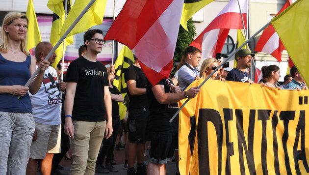Polizei-Großeinsatz bei Kundgebungen in Wien (Bild: APA/ROLAND SCHLAGER)