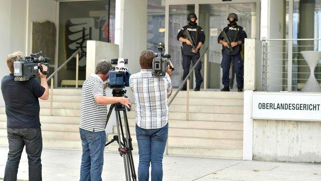 Medienvertreter vor dem OLG (Bild: APA/HARALD DOSTAL)