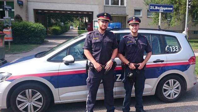Die Polizisten Dominik G. und Daniel R. halfen dem schwer verletzten Buben. (Bild: LPD Wien)