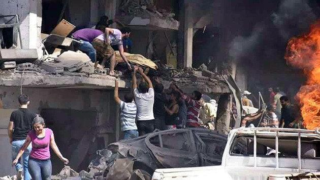 Chaos und Zerstörung nach dem Doppelanschlag in der kurdischen Stadt Kamischli (Bild: ASSOCIATED PRESS)