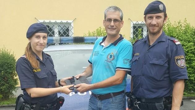 Die Polizisten Carina Gruber und Florian Neuwirth mit Walter Kreuzbichler (Bild: Polizei)