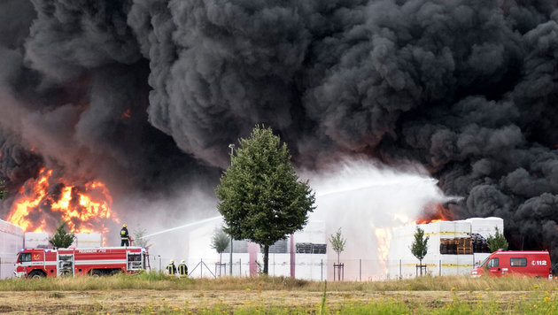 Riesiges Styropor-Lager stand in Flammen (Bild: APA/dpa-Zentralbild/Jens Wegner)